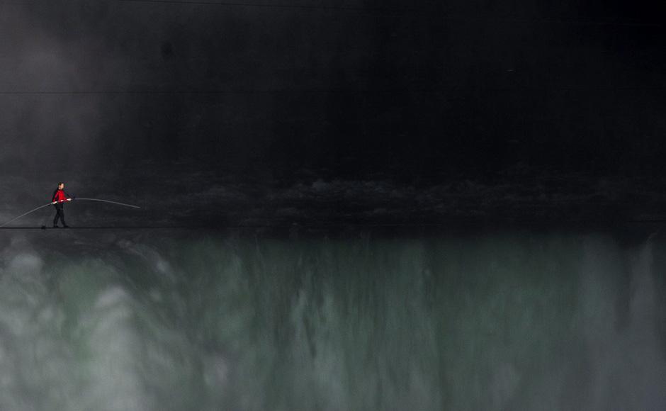GOTTA SEE!: Wallenda's HIGH-WIRE WALK OVER NIAGARA FALLS !!!-1niagrafalls_ap.jpg