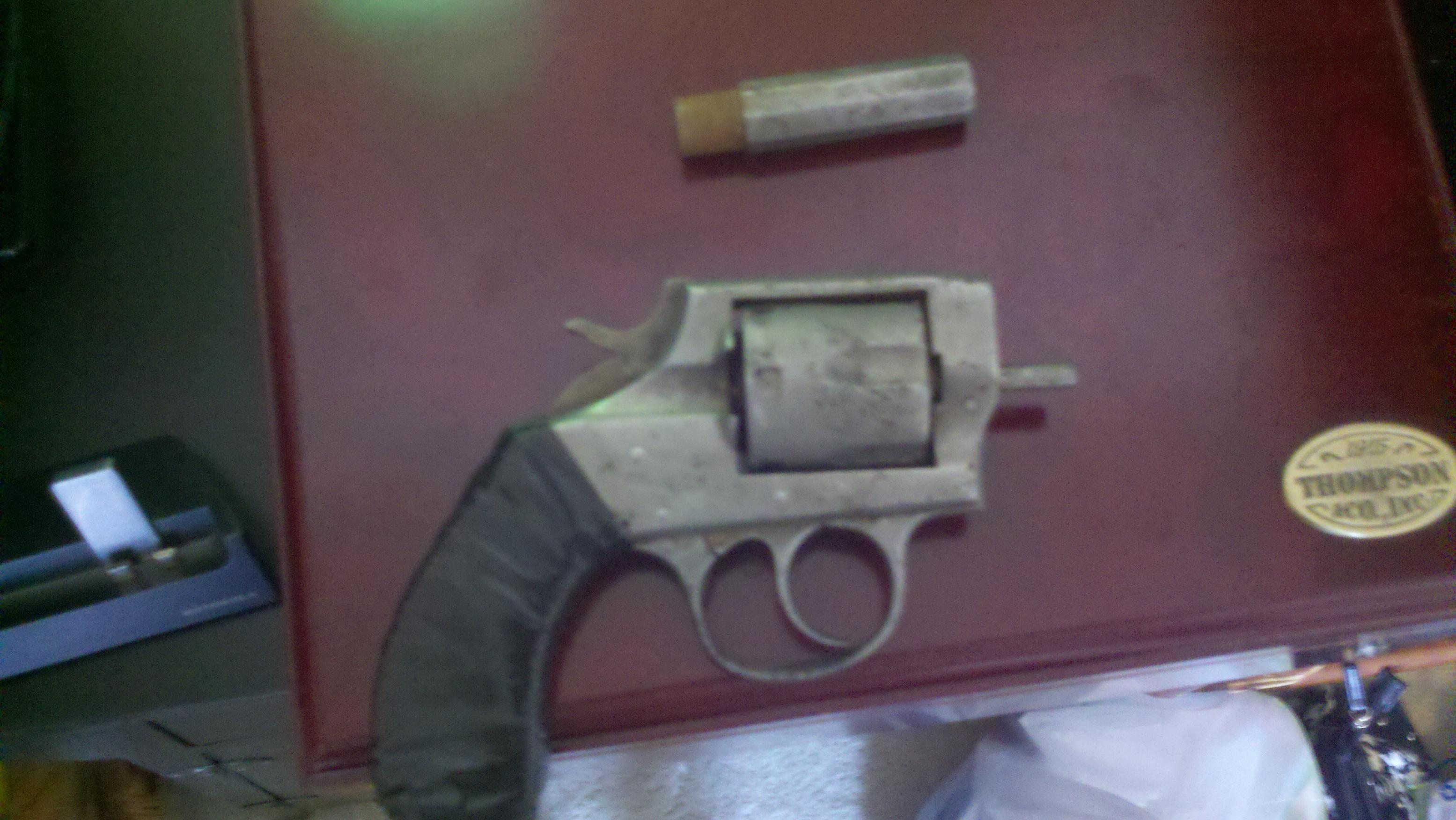 Please help me idenfiy my very old revolver!!!!!! i need to buy parts!!!!-2011-05-15_12-28-30_275.jpg