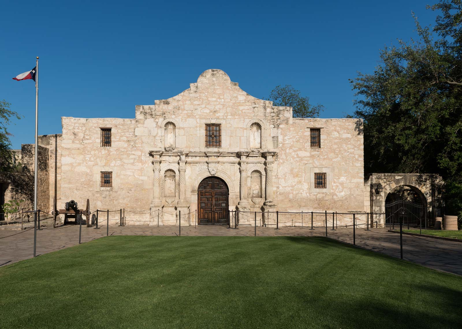 184 years ago today. COME AND TAKE IT.-alamo-san-antonio-texas.jpg