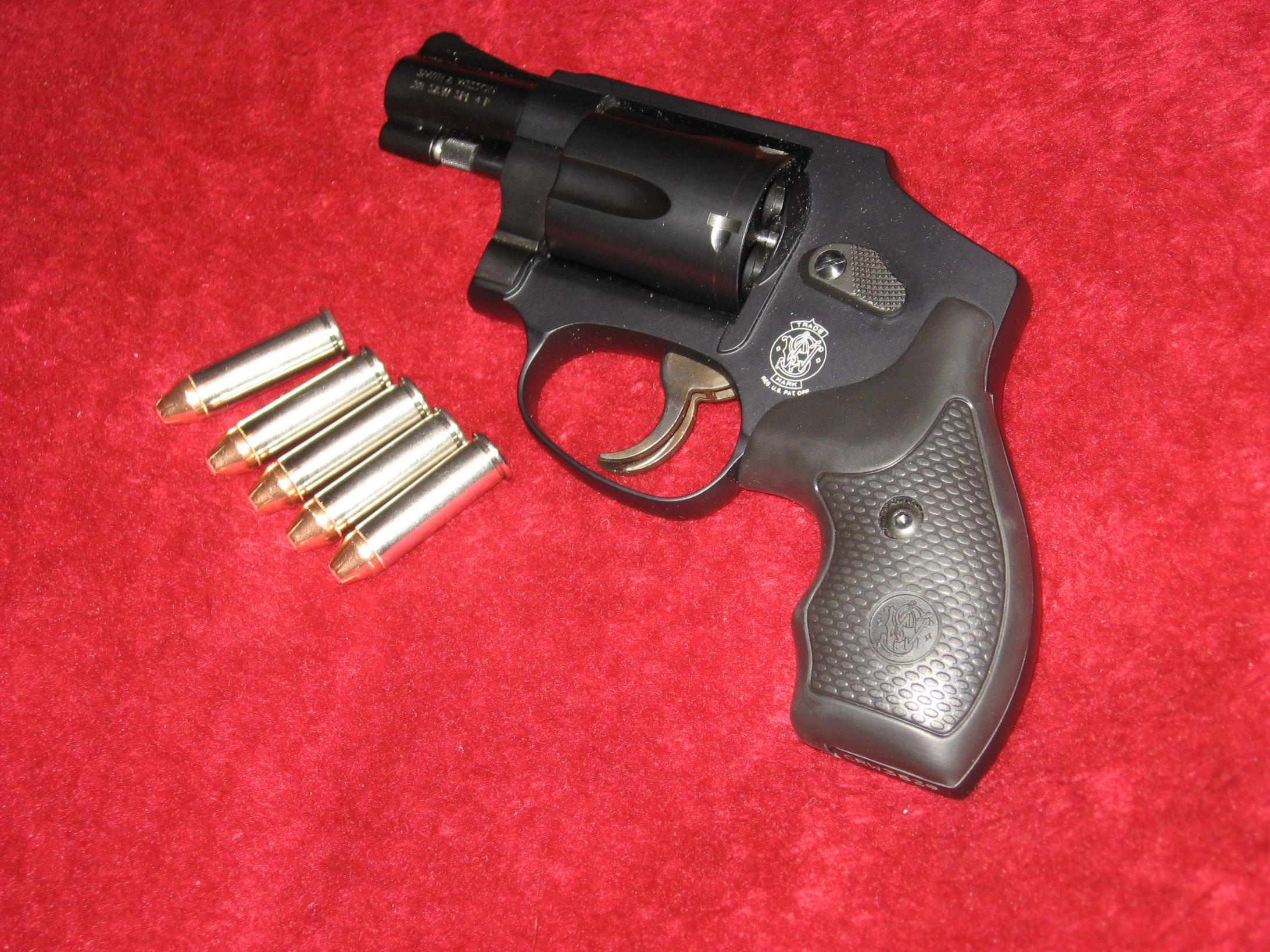 Revolver-smith-wesson-model-442-5-shot-38-spec..jpg